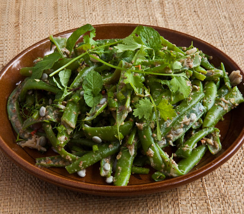 Steamed green beans with sawtooth herb