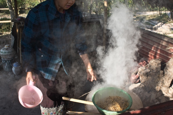 Preparing soy beans for tua nao paste